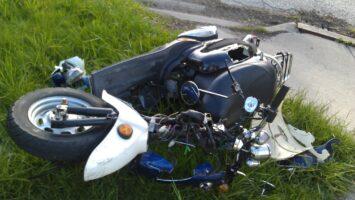 Beat şi fără permis, a intrat cu mopedul neînmatriculat într-un bolovan şi s-a lovit la cap