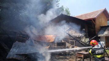Pericol mare la Arefu! 10 butelii au fost scoase din foc